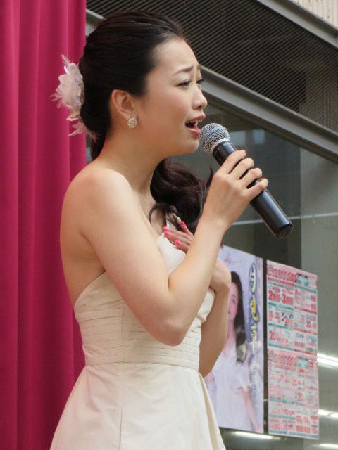 歌う西田あい。
