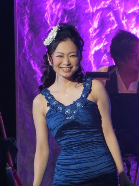 ドレス姿の西田あい。
